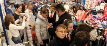 Haine de iarnă pentru copiii familiilor sinistrate din judeţul Galaţi